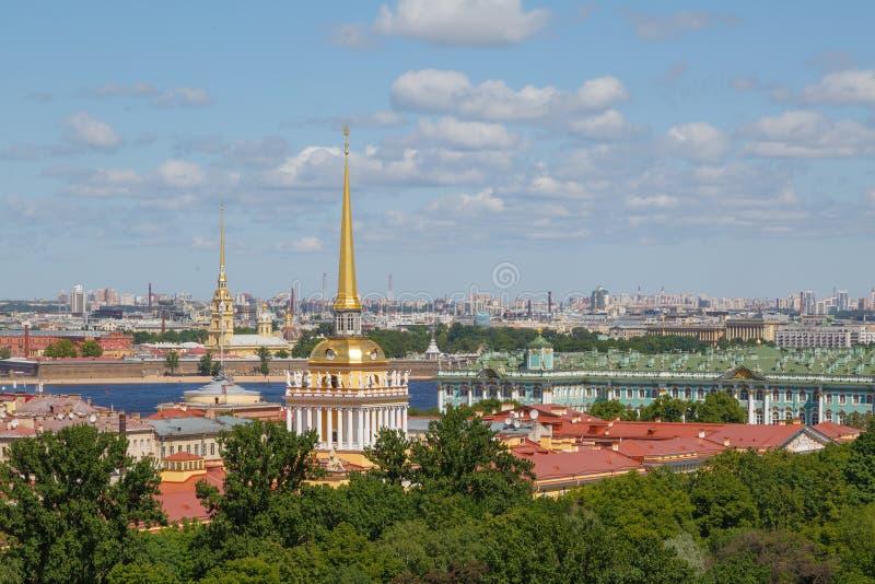 Belle vue panoramique de paysage urbain de cathédrale de St Isaac photo libre de droits
