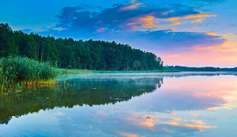 Belle vue panoramique du coucher du soleil au-dessus du lac Lemiet dans le secteur de Mazury, Pologne Destination fantastique de  photos libres de droits