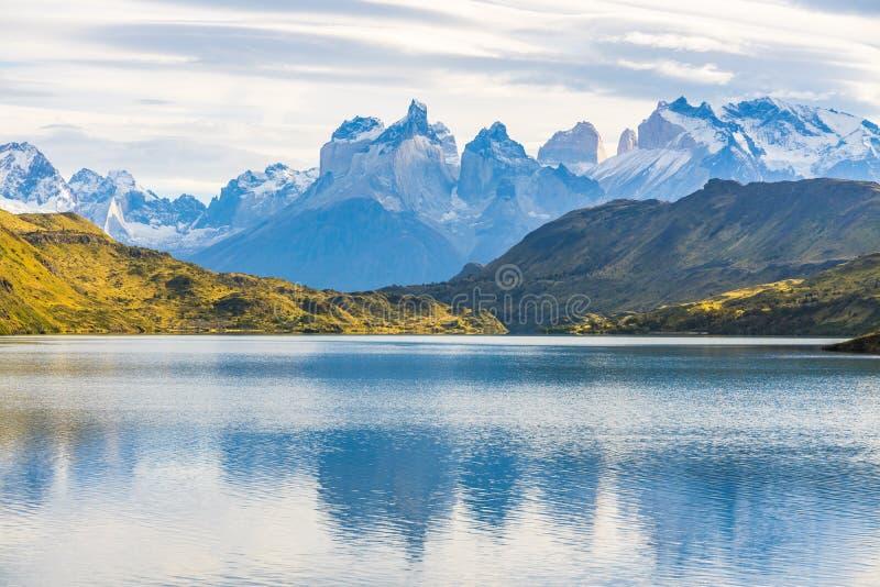 Belle vue panoramique du lac avec Cuernos, crête de montagnes de klaxon avec le nuage lenticulaire en automne, parc national de T photo stock