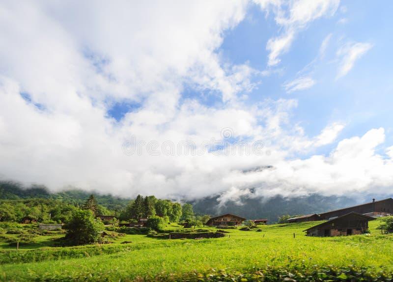 Belle vue panoramique du paysage rural pittoresque de montagne dans les Alpes avec de vieux chalets alpins traditionnels de monta image stock