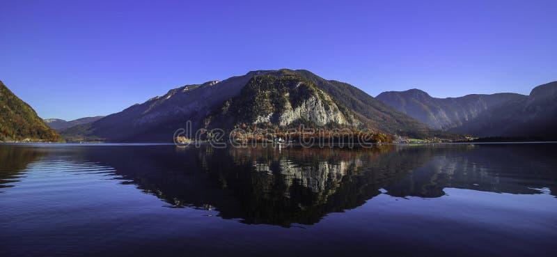 Belle vue panoramique sur le lac Hallstatt pendant le matin d'automne image libre de droits