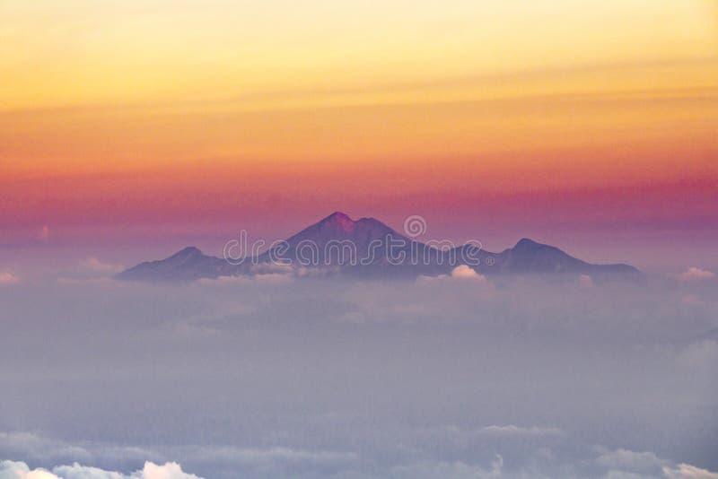 Belle vue panoramique sur le volcan de theRinjani, Lombok, d'og supérieur le volcan Agung Horizon flou jaune de rose pourpre de g photo stock
