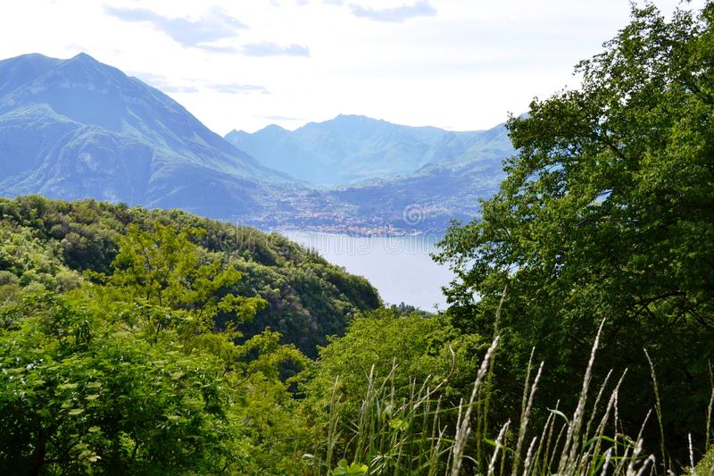 Belle vue panoramique vers le lac Como, Perledo, Menaggio et gamme de montagne alpine de la route à Esino Lario photo stock