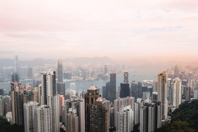 Belle vue rose de coucher du soleil sur l'horizon de Hong Kong de la crête photographie stock