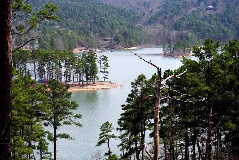 Belle vue scénique de lac de traînée de montagne sur le lac Ouachita Arkansas image libre de droits