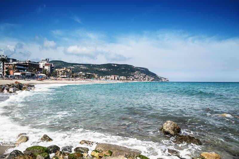 Belle vue scénique sur la côte et texture bleue de mer dans le premier plan image stock