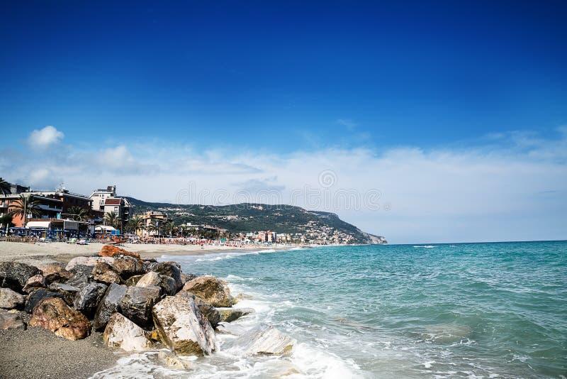 Belle vue scénique sur la côte et texture bleue de mer dans le premier plan photo stock