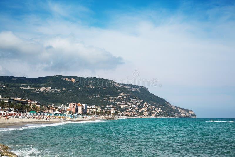 Belle vue scénique sur la côte et texture bleue de mer dans le premier plan photographie stock libre de droits