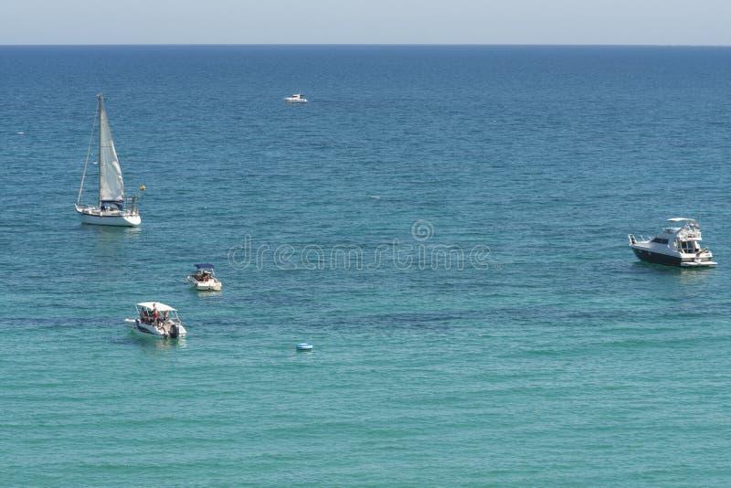 Belle vue supérieure sur des bateaux et des yachts chez Cabo Roig et littoral de Dehesa de Campoamor Province d'Alicante Costa Bl photos libres de droits