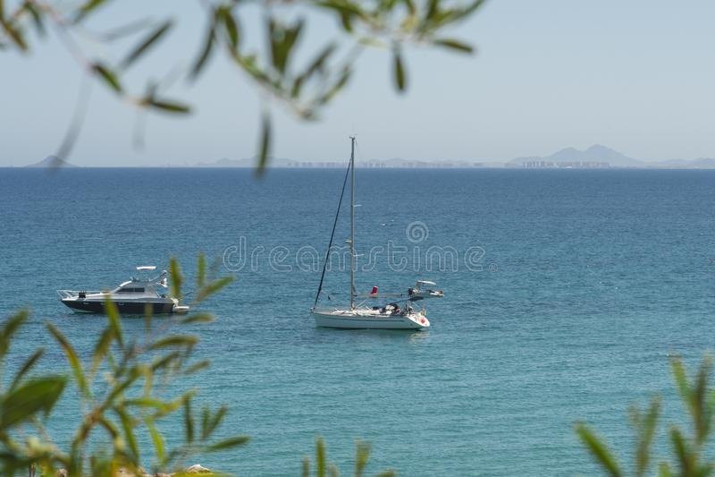 Belle vue supérieure sur des bateaux et des yachts chez Cabo Roig et littoral de Dehesa de Campoamor Province d'Alicante Costa Bl images stock