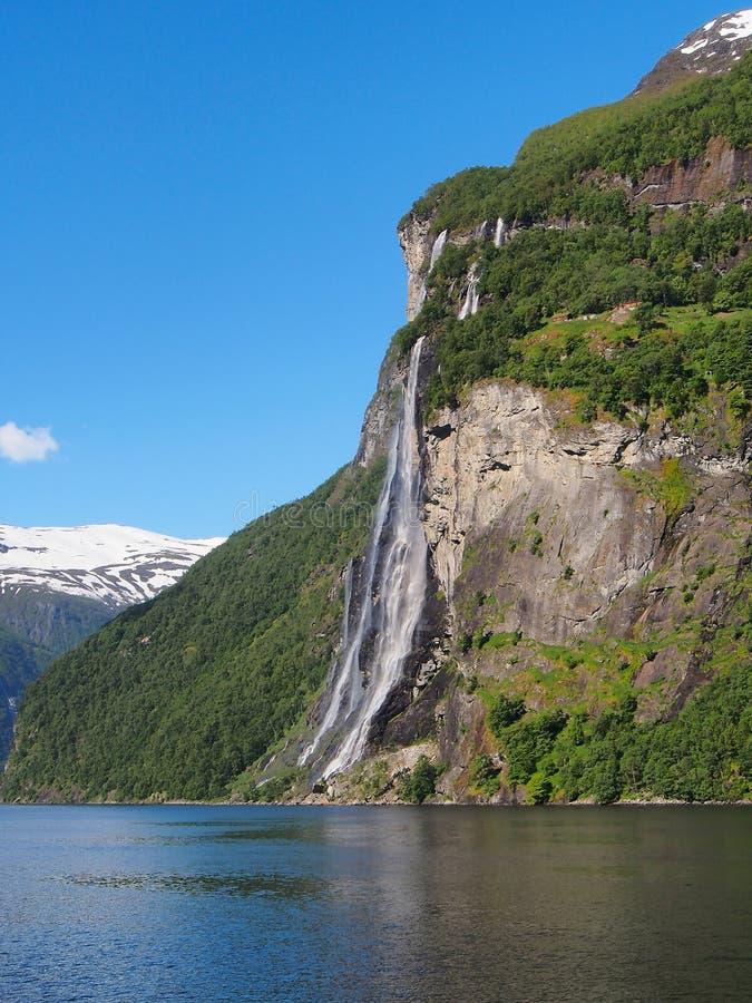 Belle vue sur des soeurs de la cascade sept dans le fjord de Geiranger, Norvège photographie stock libre de droits