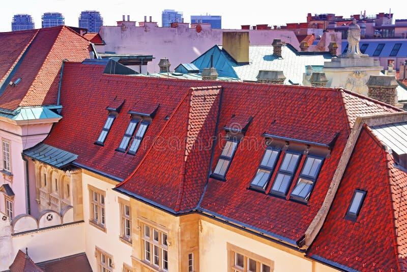 Belle vue sur l'ancien bâtiment vintage au toit rouge photo stock