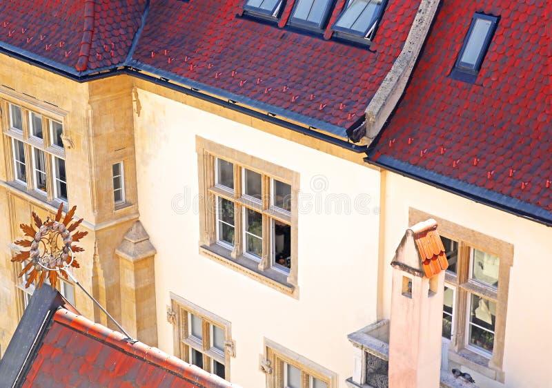 Belle vue sur l'ancien bâtiment vintage au toit rouge photographie stock