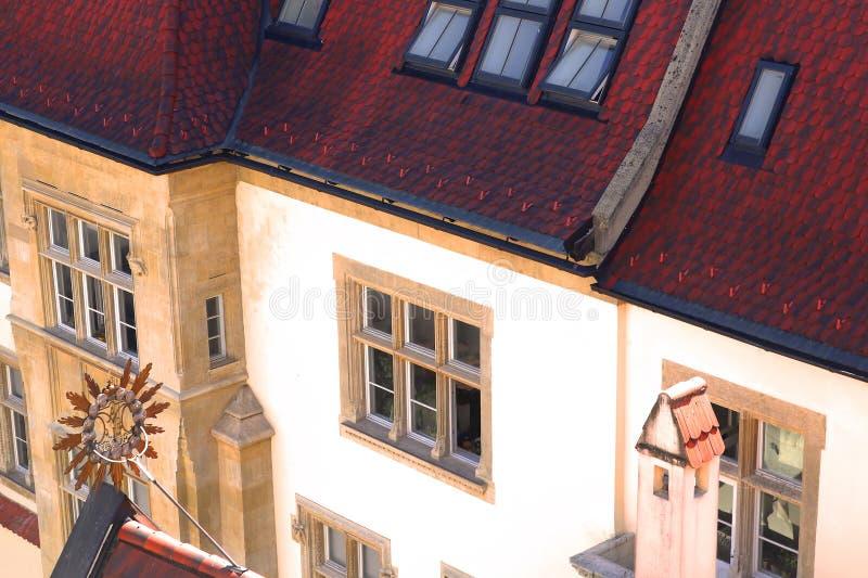 Belle vue sur l'ancien bâtiment vintage au toit rouge photo libre de droits