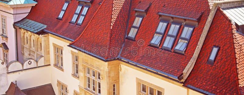 Belle vue sur l'ancien bâtiment vintage au toit rouge image libre de droits