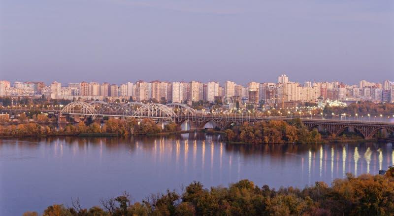 Belle vue sur la rivière Dripro, la pointe Darnyckyi et la rive gauche de Kiev images libres de droits
