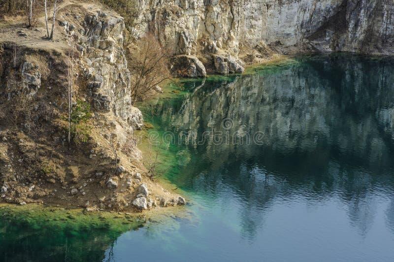 Download Belle Vue Sur Le Lac Azuré Et La Côte Cliffed Photo stock - Image du ciel, côte: 77150122