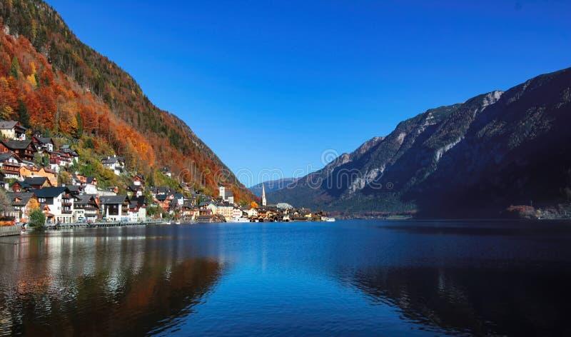 Belle vue sur le lac Hallstatt pendant le matin d'automne photos libres de droits