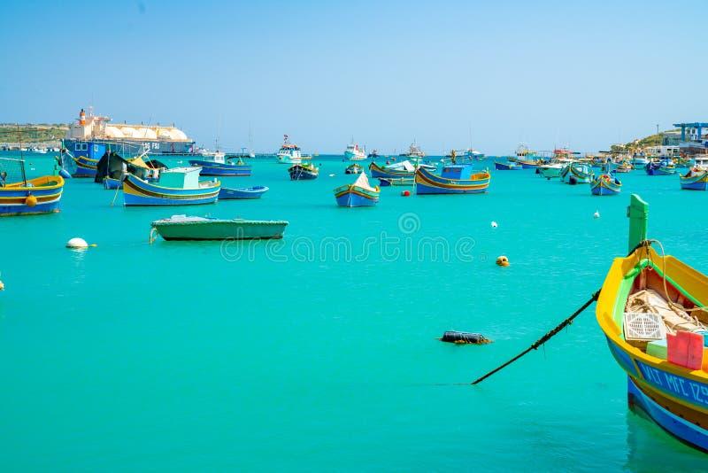 Belle vue sur les bateaux colorés observés traditionnels Luzzu dans le port du village de pêche méditerranéen Marsaxlokk, Malte photos libres de droits