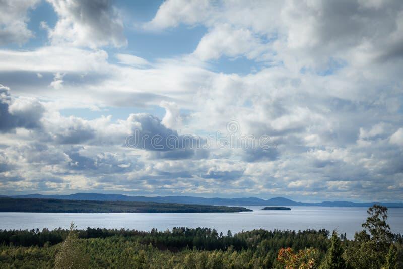 Belle vue sur les nuages d'automne du lac Siljan en Dalarna Suède Forêt, eau et terre au premier plan photo stock