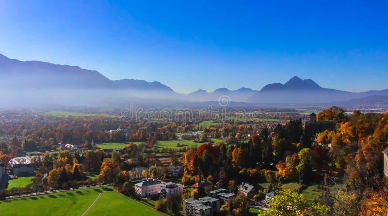 Belle vue sur Salzbourg du château, des montagnes et du brouillard de matin images libres de droits
