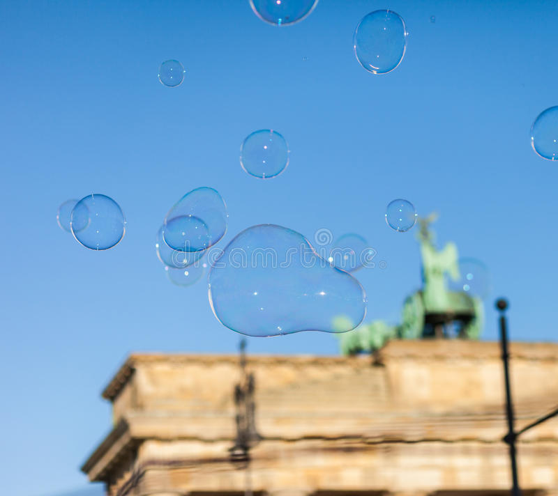 Bellen in de lucht bij de Poort van Brandenburg stock foto's