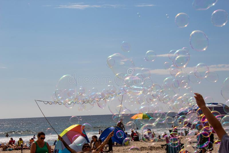 Bellen die op het strand in San Diego worden geblazen stock afbeeldingen