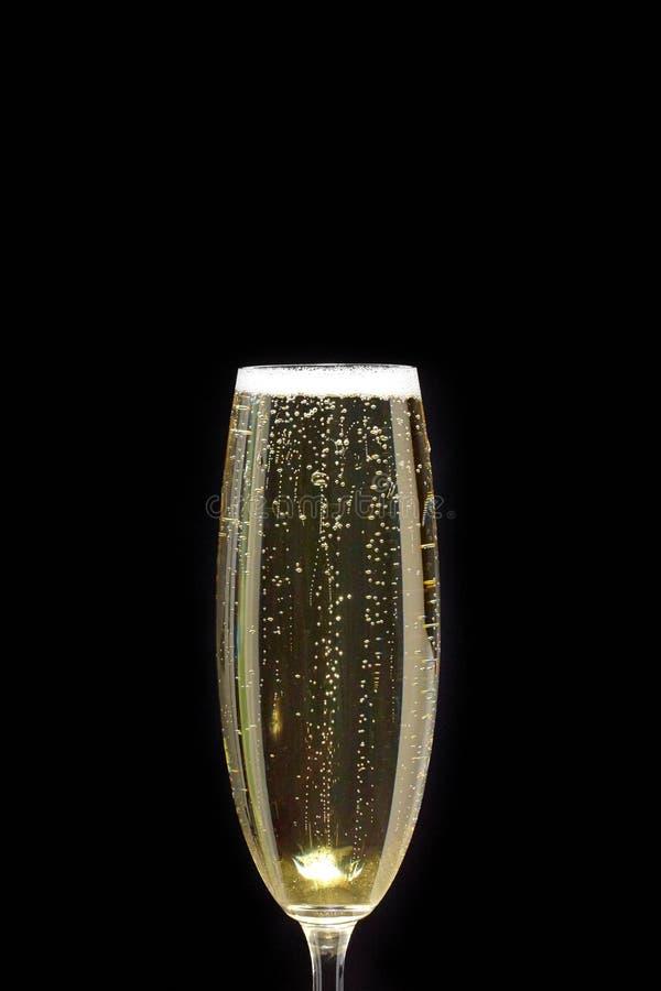 Bellen in een glas van Champagne op een zwarte achtergrond stock afbeelding
