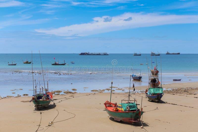 Bellen van de overzeese golven op het strand stock afbeelding