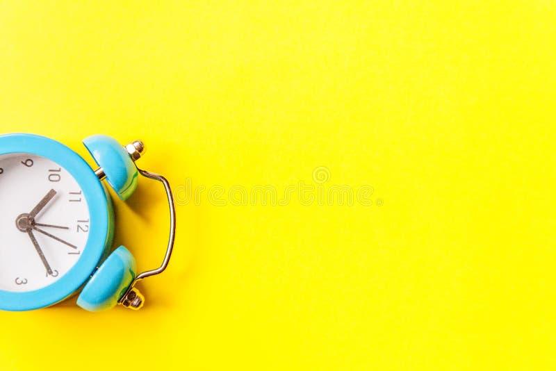 Bellende tweelingklok uitstekende klassieke die wekker op gele kleurrijke in moderne achtergrond wordt ge?soleerd Rust urentijd v royalty-vrije stock foto's