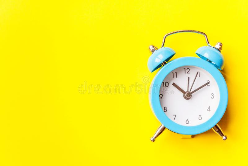 Bellende tweelingklok uitstekende klassieke die wekker op gele kleurrijke in moderne achtergrond wordt ge?soleerd Rust urentijd v stock foto