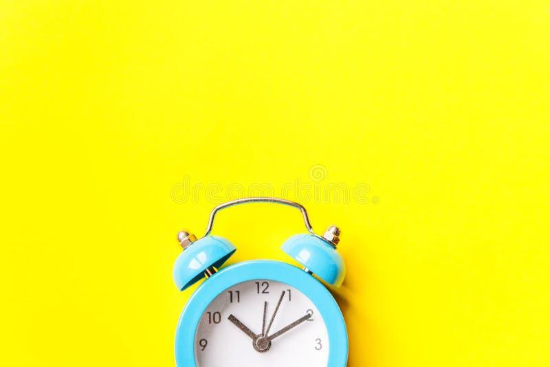 Bellende tweelingklok uitstekende klassieke die wekker op gele kleurrijke in moderne achtergrond wordt ge?soleerd Rust urentijd v stock afbeeldingen