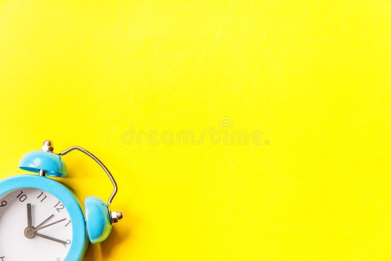Bellende tweelingklok uitstekende klassieke die wekker op gele kleurrijke in moderne achtergrond wordt ge?soleerd Rust urentijd v royalty-vrije stock foto
