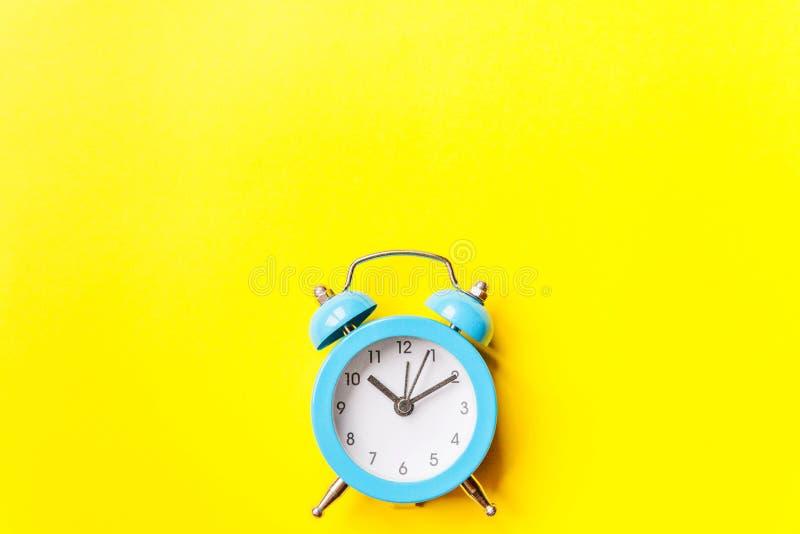 Bellende tweelingklok uitstekende klassieke die wekker op gele kleurrijke in moderne achtergrond wordt ge?soleerd Rust urentijd v stock fotografie