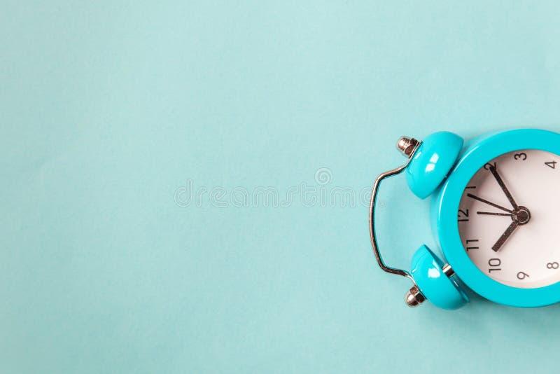 Bellende tweelingklok uitstekende klassieke wekker die op blauwe pastelkleur kleurrijke in achtergrond wordt ge?soleerd Rust uren royalty-vrije stock afbeeldingen