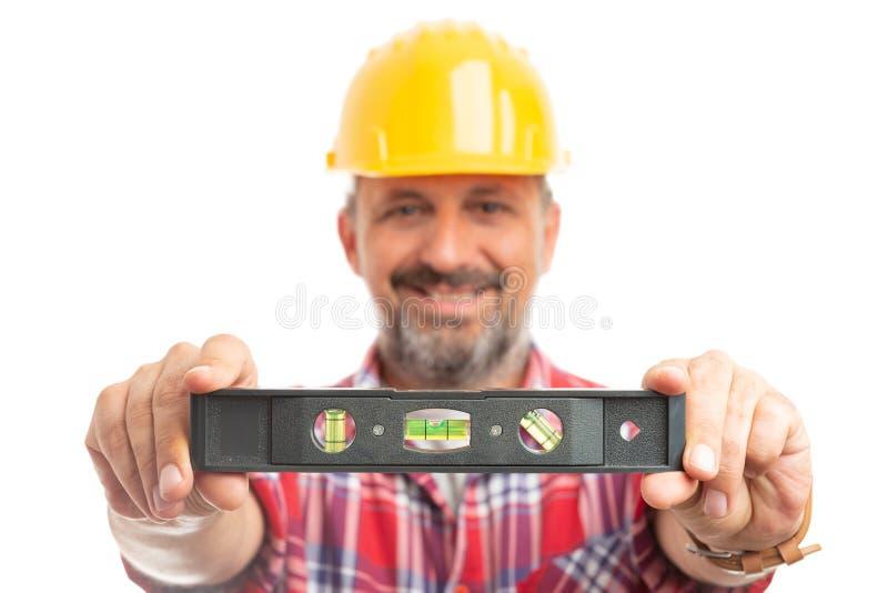 Bellenniveau door bouwer wordt gehouden die royalty-vrije stock foto