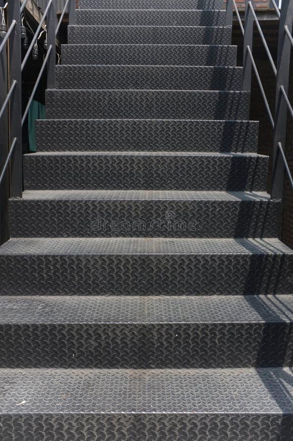 Belles étapes métalliques sales dans un escalier photographie stock