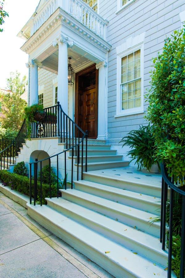 Belles étapes menant au portique avec les piliers ioniques image stock