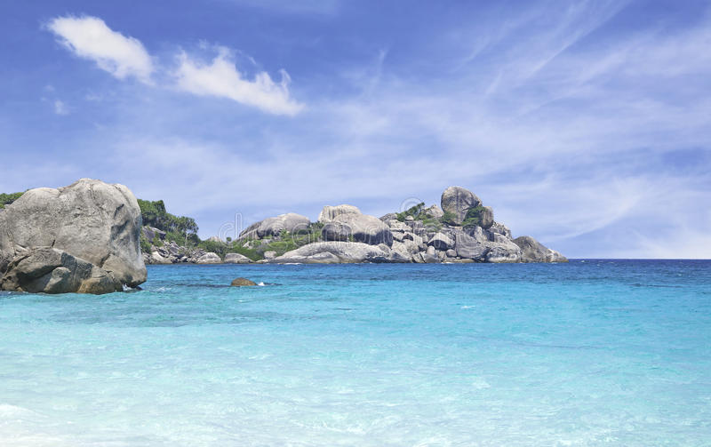 Belles île et mer avec le ciel bleu photo libre de droits