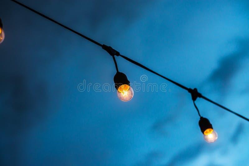 Belles ampoules de lampe décoratives de vintage au temps crépusculaire photographie stock