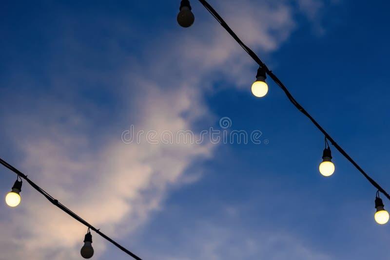 Belles ampoules de lampe décoratives de vintage au temps crépusculaire photo libre de droits