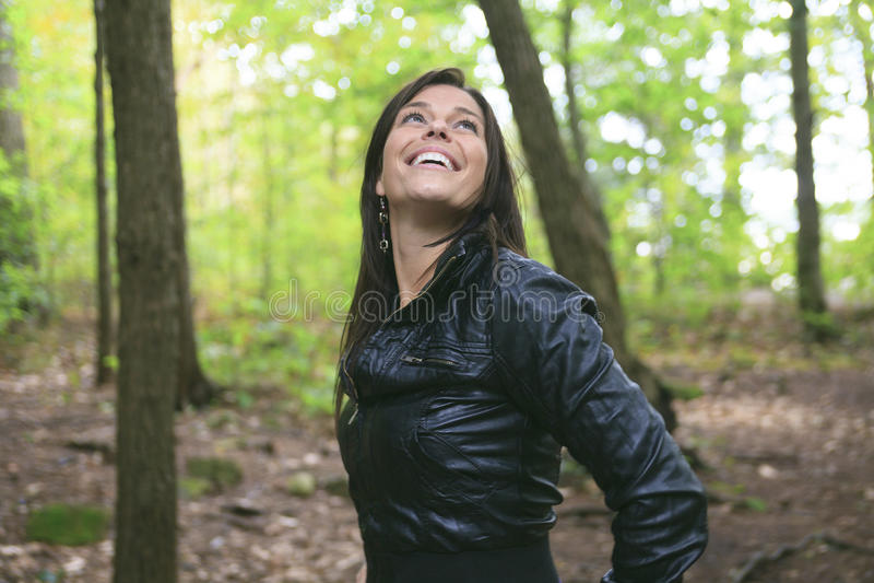 Belles 30 années de femme se tenant dans la forêt photos stock