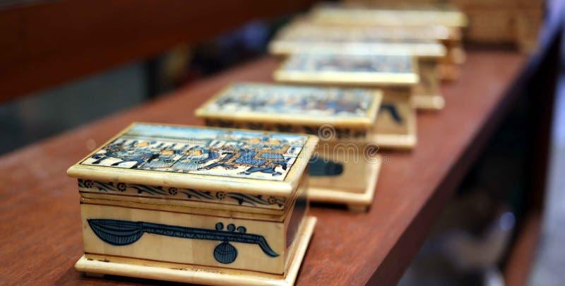 Belles boîtes en bois antiques dans une rangée image stock