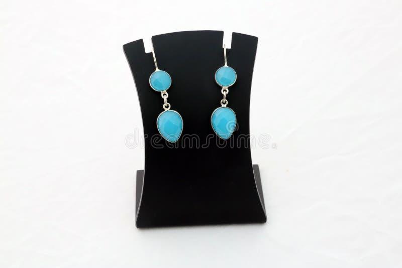 Belles boucles d'oreille d'argent de pierre gemme de turquoise de firozi photos libres de droits