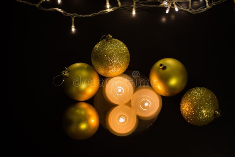Belles bougies et boules de Noël en gros plan images libres de droits
