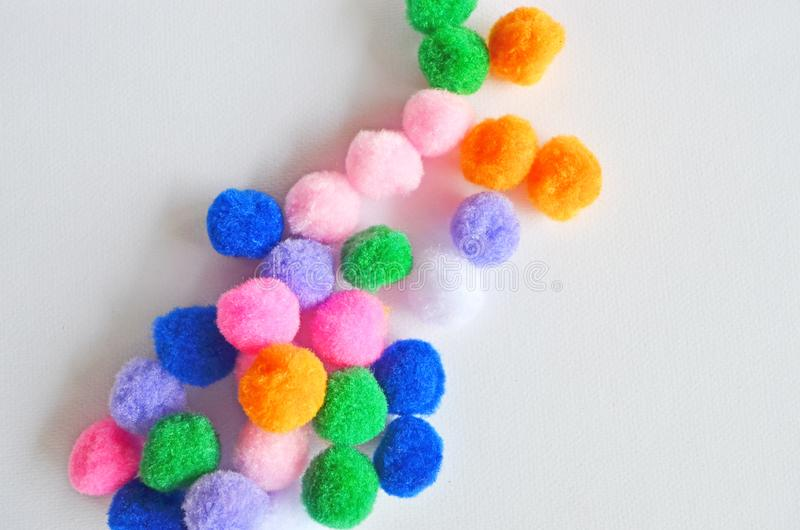 Belles boules colorées de flanelle sur le plancher de livre blanc images libres de droits