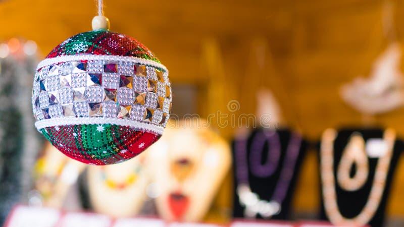 Belles boules manuellement handcrafted de Noël sur le marché touristique de Noël photographie stock