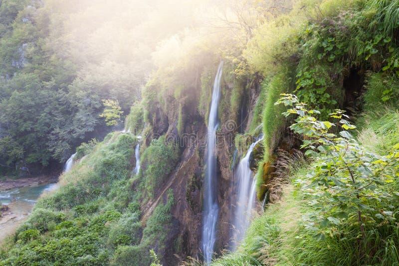 Belles cascades tropicales ensoleillées photographie stock libre de droits
