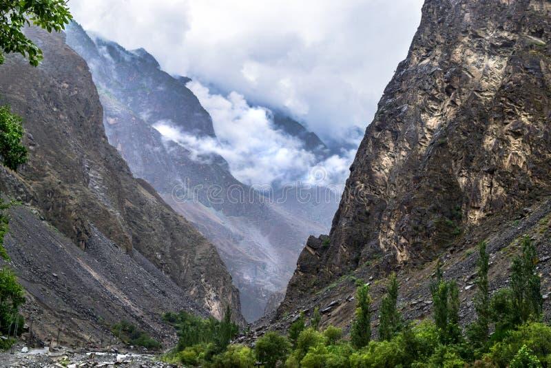 Belles chaînes de montagnes couvertes de nuage fumeux naturel à Gilgit Pakistan images libres de droits