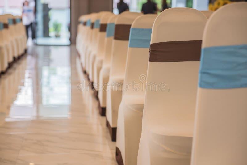 Belles chaises décorées dans la chambre Hall vide pour la présentation images stock